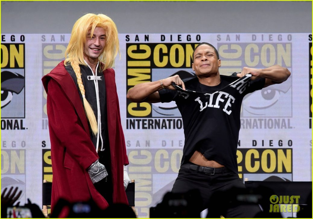 ezra miller ray fisher flash their abs at comic con 13 - Ray Fisher se retracta de las declaraciones que hizo sobre Joss Whedon