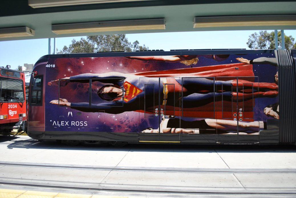 DgpT3veW0AEOYmW - Superman vuela en un tranvía de San Diego con el arte de Alex Ross
