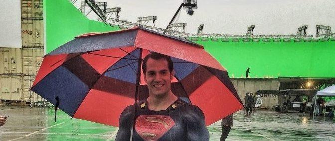 Zack Snyder comparte una foto de Henry Cavill como Superman con paraguas azul y rojo