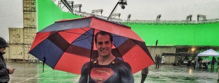 Sin título 1 - Zack Snyder comparte una foto de Henry Cavill como Superman con paraguas azul y rojo