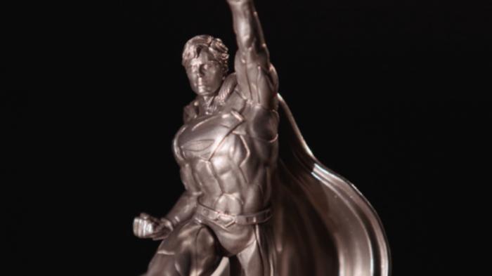 aHR0cDovL3d3dy5uZXdzYXJhbWEuY29tL2ltYWdlcy9pLzAwMC8yMzAvODcxL2kwMi9zdXBlcm1hbnNpbHZlcjEucG5n 1 - Una Estatua de plata conmemorativa para celebrar los 80 años de Superman