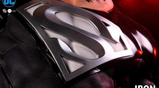 Iron Studios presenta la figura de Superman con traje negro