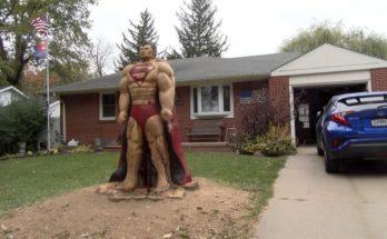 Superman tallado en árbol 348x215 - Un hombre talla una estatua de Superman en un árbol
