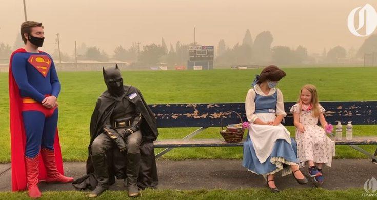 Superman Batman Bella ayudan en incendio
