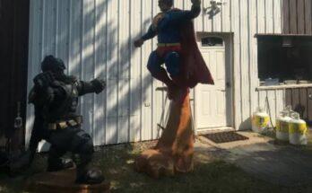 Figuras de Batman y Superman talladas en madera