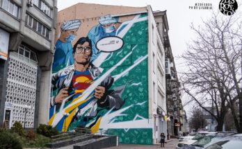 Mural gigante de Superman en ciudad ucraniana